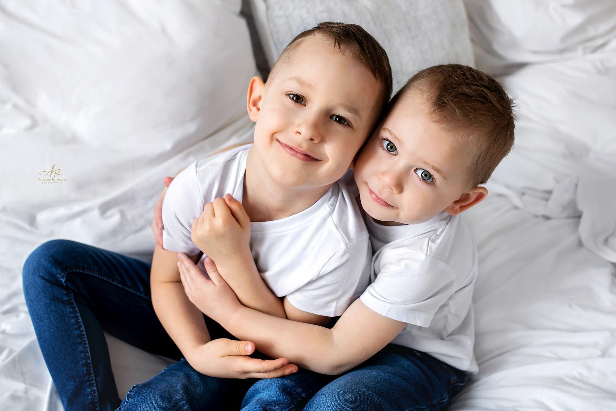 Domowa sesja zdjęciowa - zdjęcie braci