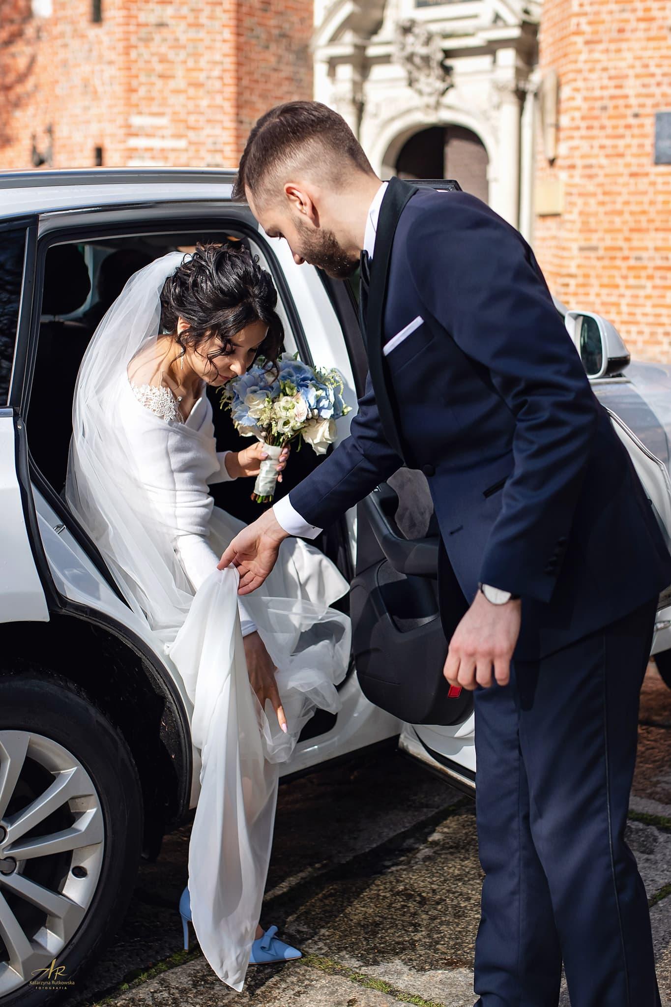 zdjęcia ślubne przed kościołem